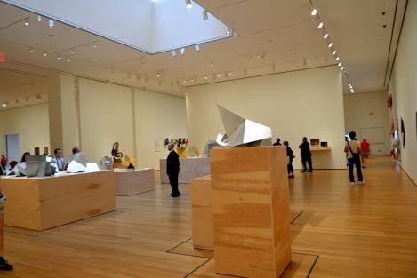 """MoMA tem primeira grande retrospectiva de Lygia Clark nos EUA   Por meio de 300 obras reunidas de coleções públicas e privadas e organizadas de forma cronológica, a mostra Lygia Clark: The Abandonment of Art, 1948-1988 (""""Lygia Clark: O Abandono da Arte, 1948-1988"""") aborda todas as fases da carreira da brasileira morta em 1988, que se tornou referência para artistas na exploração dos limites das formas convencionais de arte."""