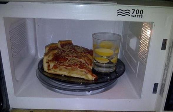 Para calentar pizza o pan en el microondas y que quede crujiente, solamente tienes que meter un vaso con agua dentro. Cuando calientes sobras de comida, deja un