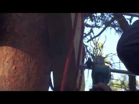 Näin tasanteet valmistuvat. Rakentaminen kiipeilyvaljaissa käysien varassa roikkuen on jo seikkailua sinänsä.