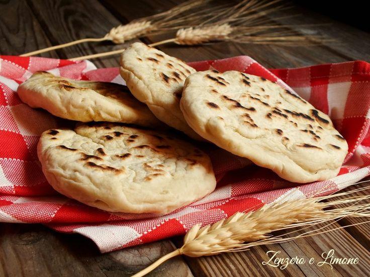 Avete finito il pane o vi siete dimenticati di comperarlo? Non è un problema! Questo pane veloce che cuoce in padella è un'ottima soluzione.