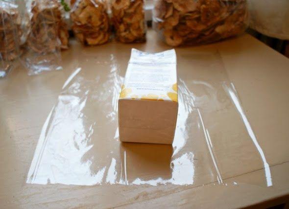 Gör egna presentpåsar av cellofan eller papper