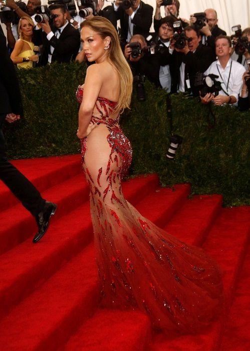 45-летняя певица и актриса надела на голое тело шикарный наряд от Versace, сшитый по индивидуальному заказу. Легкое красное платье выгодно подчеркнуло достоинства фигуры Дженнифер, которая по-прежнему остается одной из самых привлекательных звезд Голливуда.