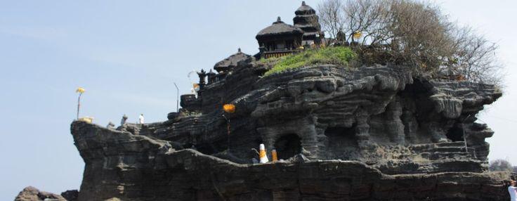 Tanah Lot mysterie. Je zult wel denken een mysterie? De Tanah Lot is een Boedhistische tempel gelegen op een eiland en alleen te bereiken bij eb. Bij vloed kan je er op een afstandje naar kijken. So far, so good. Het echte mysterie is de grot met de magische bron welke zoet water geeft. Wat dus best vreemd is aangezien de tempel in een zoute zee is gelegen. #tanahlot #tanah #lot #travel #reizen #bali #indonesie #indonesia #temple #tempel
