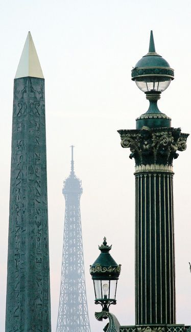Depuis la Concorde, trois époques... et éléments verticaux. La tous Eiffel échappe pour une fois au premier plan..