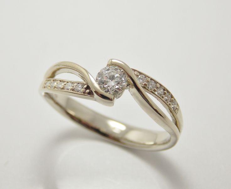 krásny a luxusný zásnubný prsteň z bieleho 14 kt zlata. Stredový diamant je vo veľkosti 0,25 ct - SI1-G + bočné diamanty