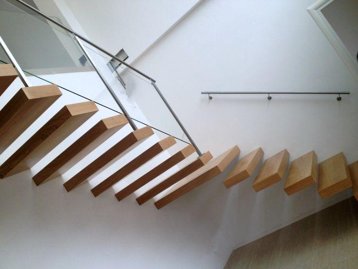 Scala in legno con gradini a sbalzo.