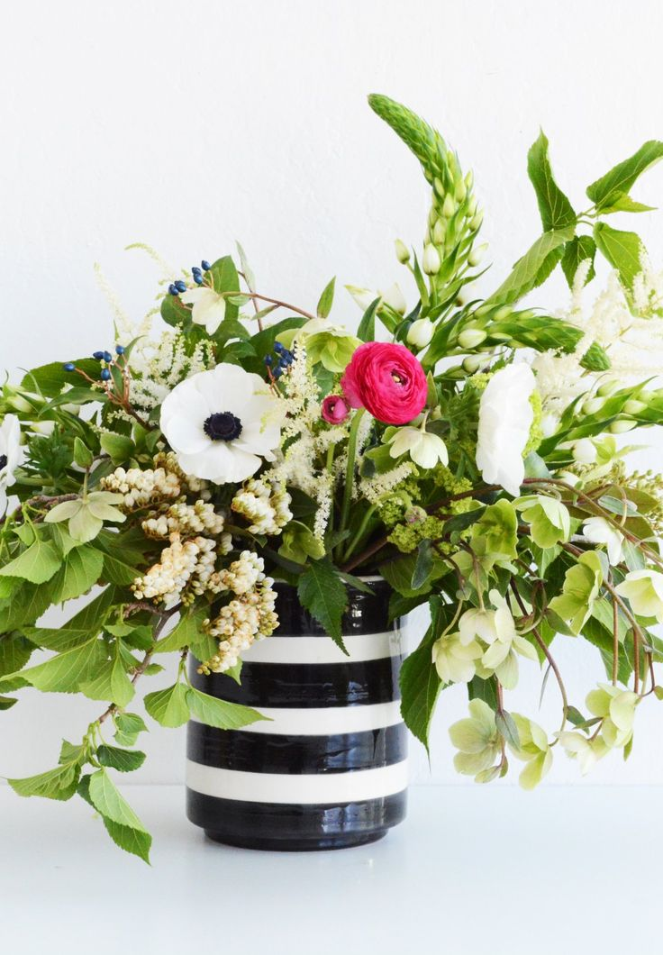 DIY your own bouquet! Whether you have a wedding, shower or are looking for a fresh home décor idea, you can never go wrong with a bright arrangement.  Find Oleander and Palm's simple ideas here.