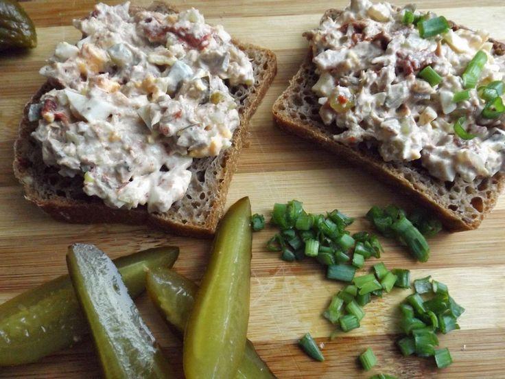 Kiedy nudzi się nam jedzenie kanapek z serem, wędliną i dżemem to można w zamian przygotować smaczną pastę kanapkową. Oto jedna z propozycji...