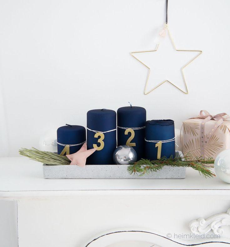Adventskranz Mit Dunkelblauen Kerzen Und Goldenen Zahlen