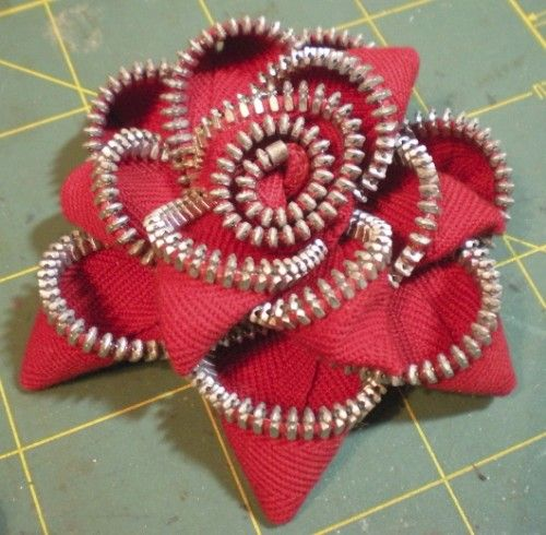How To Make Zipper Flowers diy... http://keepsakecrafts.net/blog/2011/02/14/how-to-make-zipper-flowers/