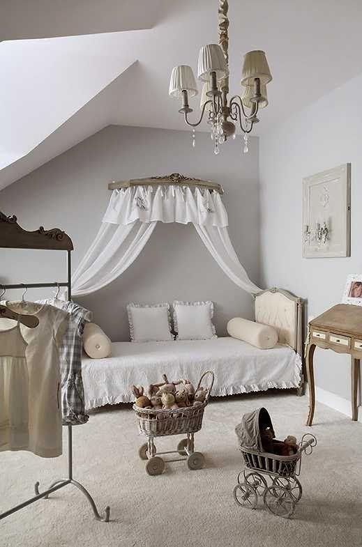 Этот дом слишком хорош, чтобы быть правдой.. Невероятно красивая мебель в стиле прованс очень гармонично заполняют светлое пространство во всех комнатах, а изысканные детали подчеркивают благородность интерьеров. Красивые состаренные элементы декора и современная отделка словно ставят это жилье вне времени, делая обитателей независимыми от изменений веяний и тенденций в дизайне. Невероятная картина! Источник: Decouver