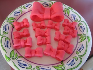 Mini fondant bows for Minnie Mouse cupcakes and cake!