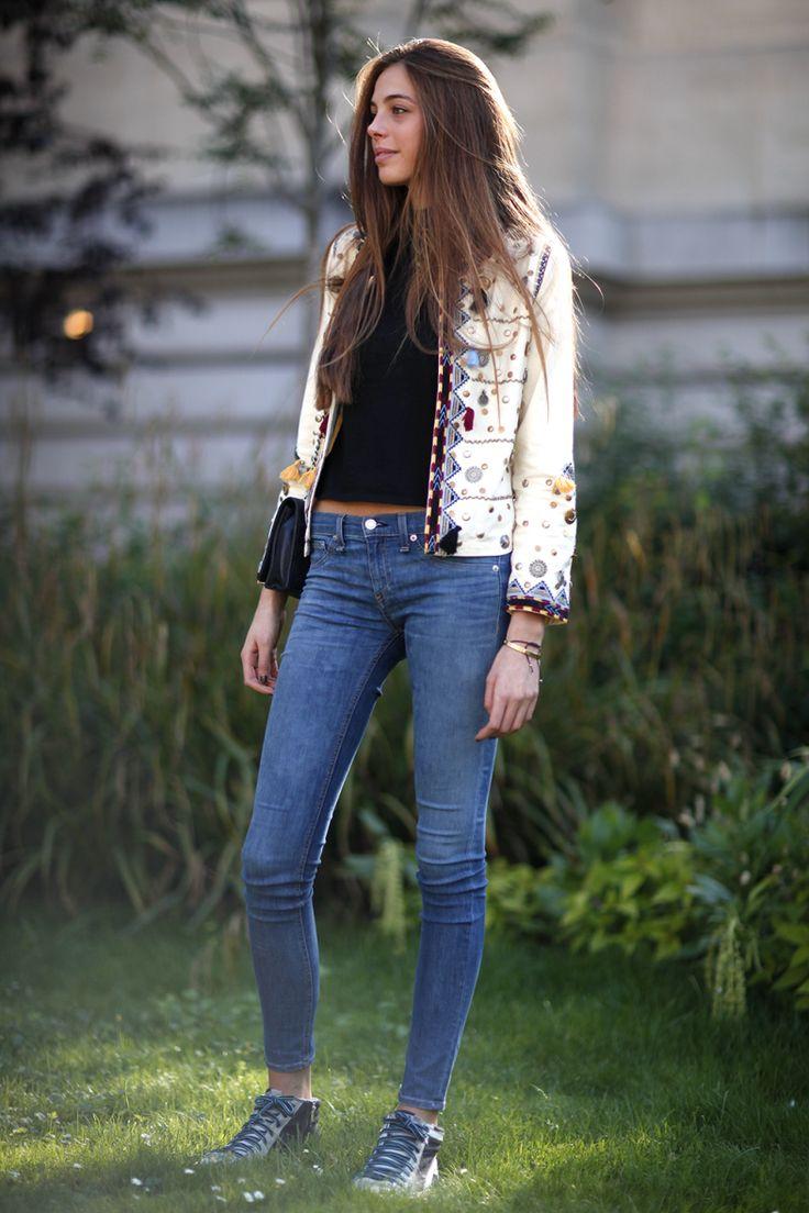 Fashionista nas ruas de Paris durante a Semana de Alta-Costura para o inverno 2016