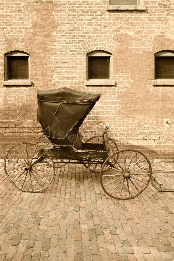 92- Chariot Hippomobile .- § CHAISE: Il y a eu des chaises à 4 roues, et attelées à 2 chevaux. La principale préoccupation a été l'amélioration du confort. On a adjoint à la chaise de suspensions, en plus d'une construction jouant sur la souplesse des longs brancards, d'abord des ressorts en acier (suspension à la Dalesme) puis des ressorts à pincettes ou en C. L'importance des suspensions est telle qu'elles ont souvent servi à désigner les types de chaises: chaise à cul de singe, à…