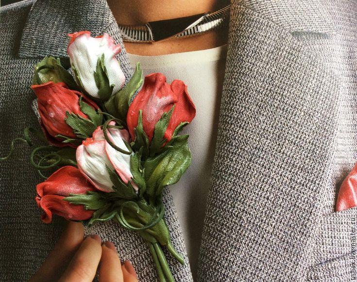 Купить или заказать Цветы из кожи. Брошь Букетик на удачу в интернет-магазине на Ярмарке Мастеров. изысканый и оригинальный букетик из кожи в виде брошки , прекрасно подойдет к любому наряду , летний сарафан, майка или топ, вечерний наряд на шелковую блузу или платье, деловой костюм или легкое пальто, шляпка или сумка, шарф, шаль или палантин, она неизменно сделает ваш мир ярче.…