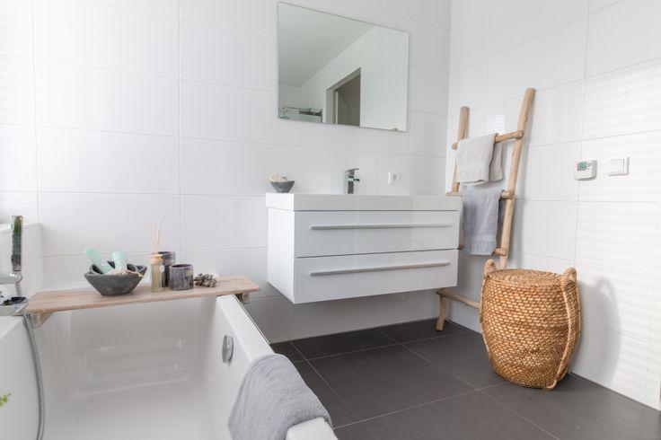 Badkamer met natuurlijke materialen. Met houten badplank, trappetje, rotan mand en aardewerk breng je veel sfeer. Styling @ Moods by Eef