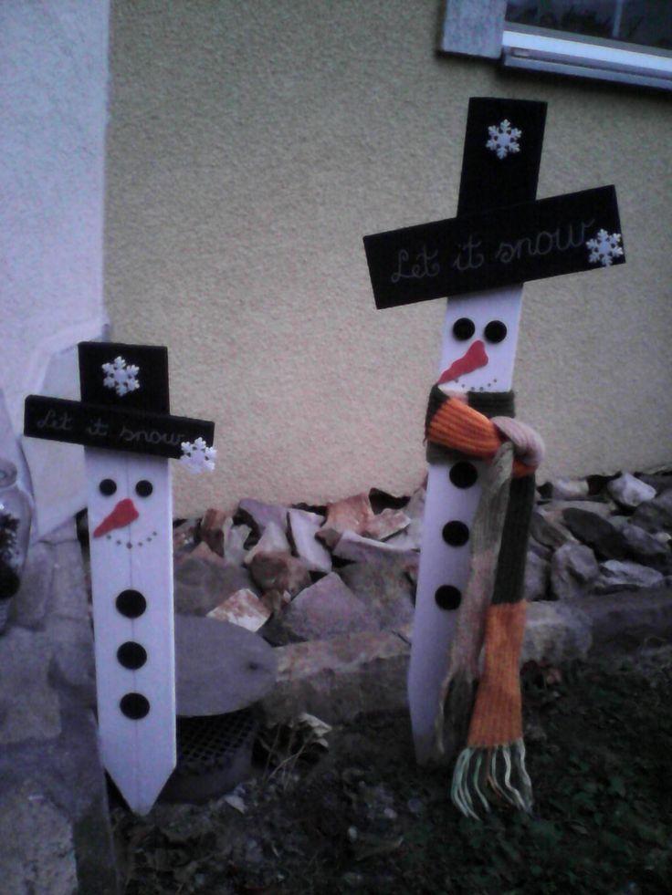 Elkészültek az első hóemberek a kertbe