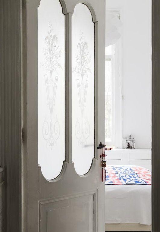 rosetones molduras escayola en el techo puertas madera blancas muebles reciclados grandes ventanales estilo vintage estilo