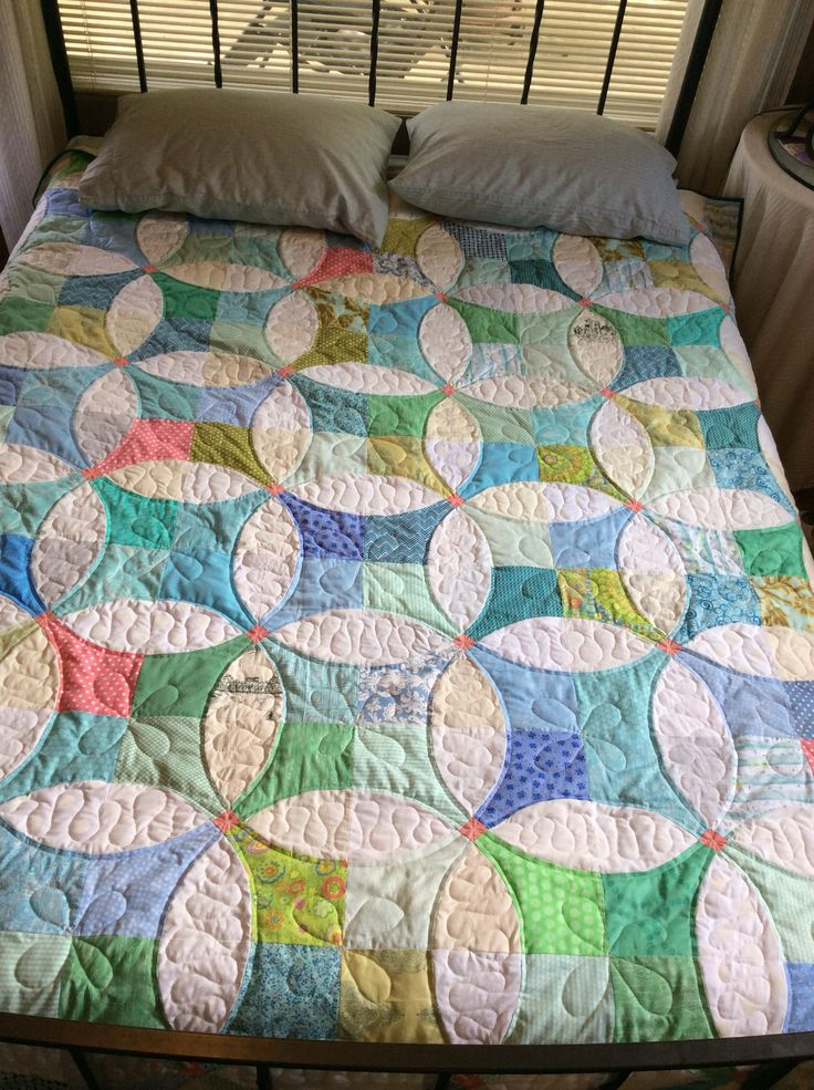 outlining circles  -  A big finish for me!  Flowering Snowballs is now the summer quilt on my bed.  I love everything about it: the fabrics, the CURVES, the scra...