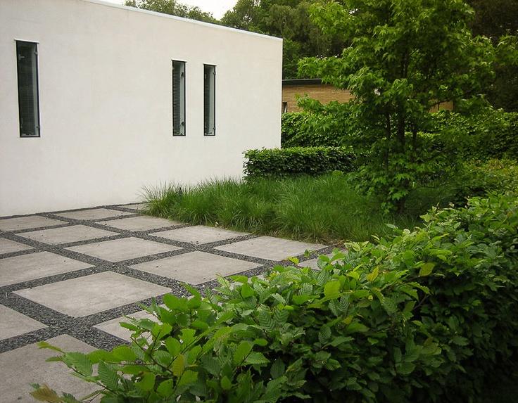 Moderne tuin, ruime parkeerplek en groene beplanting