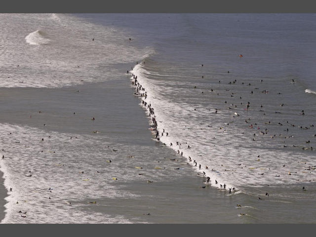 (Photo ASSOCIATED PRESS)Surfers attempt to break the Guinness world record for the largest amount of surfers on a wave at one time, in Muizenberg on the outskirts of  Cape Town, South Africa, Sunday, Sept  30, 2012. (AP Photo/Schalk van Zuydam)