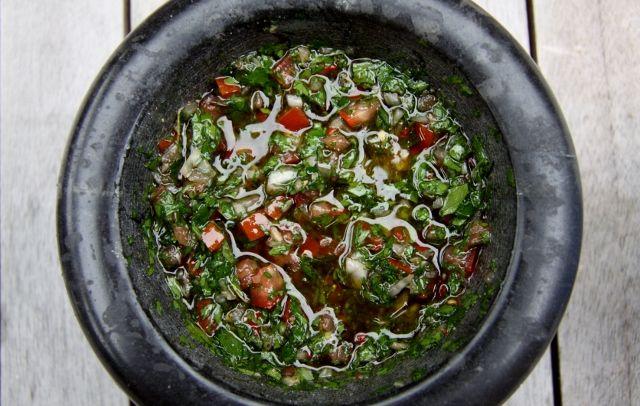 Argentijnse CHIMICHURRI is een saus en marinade en wordt gebruikt bij gegrild vlees. De naam zou afkomstig zijn van 'Jimmy McCurry', een Ier uit de 19e eeuw die zich inzette voor de Argentijnse onafhankelijkheidsstrijd en die volgens zeggen de eerste was die deze saus zou hebben bereid. Omdat de naam 'Jimmy McCurry' moeilijk was uit te spreken door de lokale bevolking werd het verbasterd tot 'chimichurri'. Er zijn twee verschillende soorten chimichurri's, mild en pittig (met puta parió…