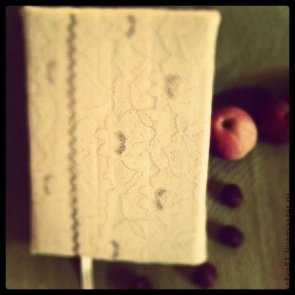 Блокнот ручной работы Свадебный. Блокнот ручной работы. Формат А5. Книжный переплет, страницы состарены кофе, каптал сплетен вручную, мягкая обложка. Между страниц добавлены вкладыши из полупрозрачной ткани розового цвета и фуксии.