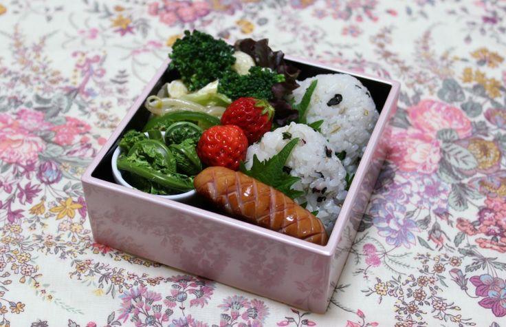 2014.4.30 Bento しそ巻きおにぎり、ウインナー、こごみのおひたし、マカロニサラダ、苺