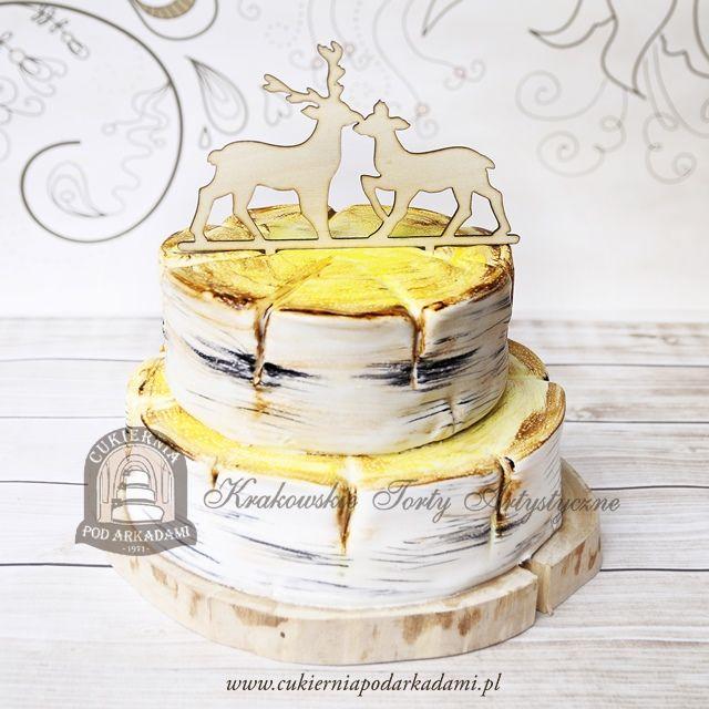 20BW Tort weselny w kształcie pni brzozy z drewnianymi figurkami jelenia i sarny. Tree trunk wedding cake decorated with wooden deer and roe deer topper.