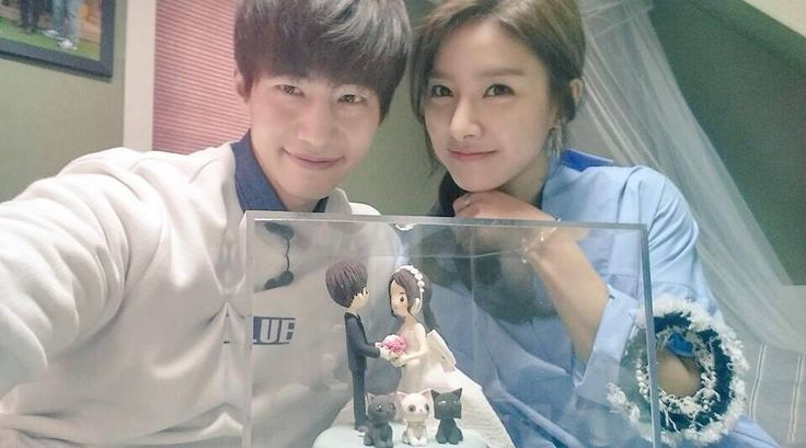 'We Got Married's Kim So Eun and Song Jae Rim pose with a wedding cake | http://www.allkpop.com/article/2015/01/we-got-marrieds-kim-so-eun-and-song-jae-rim-pose-with-a-wedding-cake