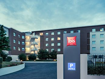 The ibis Marne la Vallée Val d'Europe hotel is situated 22 yards (20 m) from the RER train station (exit 2) and 1 station away from Disneyland Paris and Marne la Vallée Chessy TGV train station. A 5-minute walk from the Val d'Europe and La Vallée Village shopping malls, the hotel offers 100 air-conditioned rooms with free WIFI. The Café Pasta restaurant is open from 6.30pm to 11pm, Monday to Friday. The hotel has a bar with 24/7 snack service and enclosed underground paying car p...
