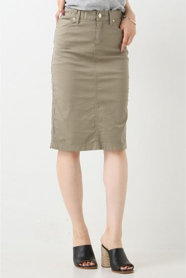 セイヒンゾメ タイトスカート セイヒンゾメ タイトスカート 18360 ベーシックアイテムに女性らしさをプラスしてくれるミリタリータイトスカート 薄手で張り感のあるコットン素材を使用し真っ直ぐなIラインシルエットが美脚効果抜群です VネックTシャツやサマーニットシャツにあわせて夏の定番アイテムをブラッシュアップするスカートです 取り扱いについては商品についている洗濯表示にてご確認下さい 店頭及び屋外での撮影画像は光の当たり具合で色味が違って見える場合があります 商品の色味はスタジオ撮影の画像をご参照下さい モデルサイズ:身長:165cm バスト:73cm ウェスト:58cm ヒップ:85cm 着用サイズ:36