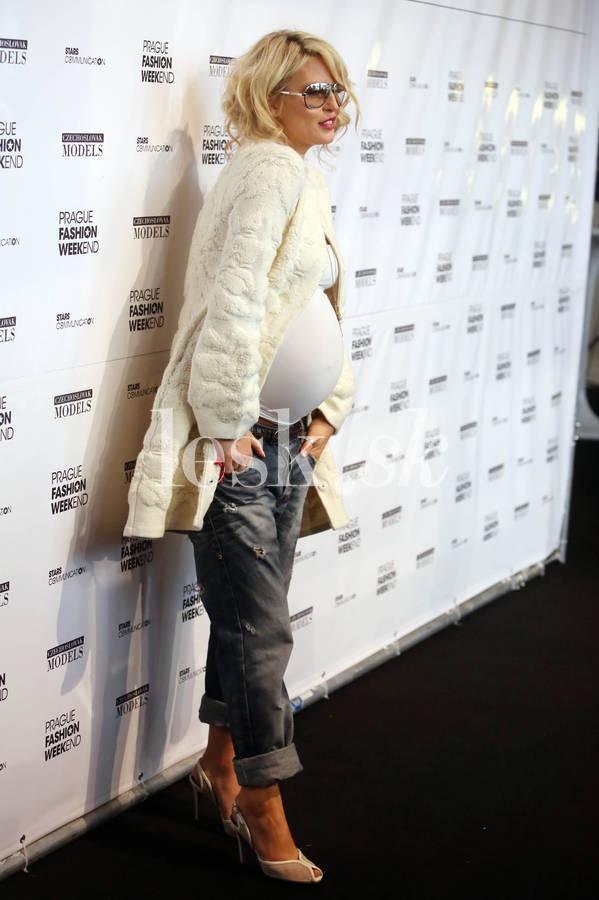 Pregnant & stylish Simona Krainova