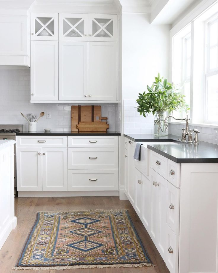 Black countertops + white cabinets is a match made in heaven. #midwayhouse #SMmakelifebeautiful