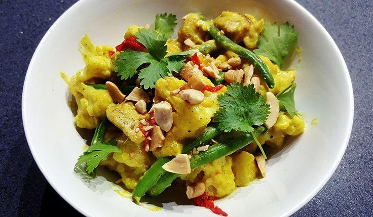 Milde groene curry met o.a. bloemkool, kip en sperziebonen #curry #diner #eten #koken #recept #food