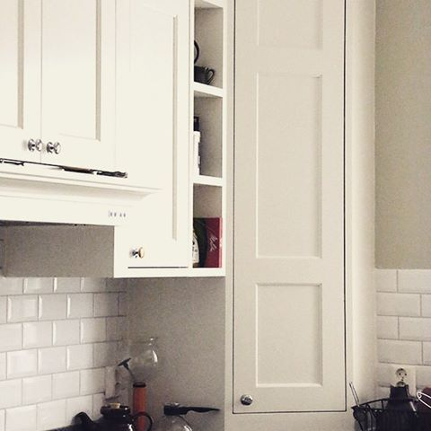 Tjusig avslutning med hörnskåp ner på bänken, i detta vackra kök med många fina detaljer! #platsbyggt #kök #förvaring #sekelskifte #lantligt #snickeri #hantverk #närproducerat #snickare #sven_snickare