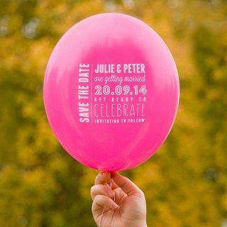 Invitaciones en globo.Vía Shamsali Fenn en Pinterest