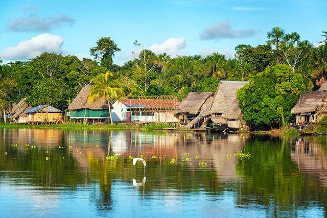 Petit village sur l'Amazone, Pérou