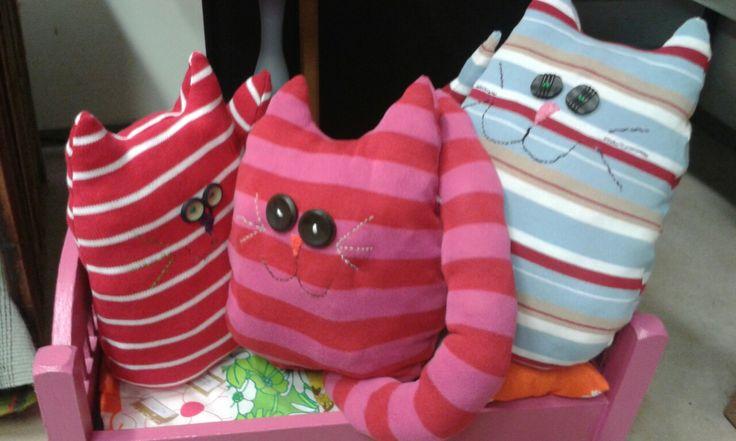 Kissat vanhoista neulepaidoista