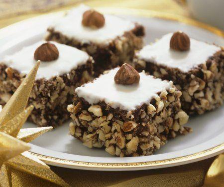 Kleine Haselnusskuchen aus schokoladig-weihnachtlichem Kuchenteig und knuspriger Nusspanade |Zeit: 45 Minuten |