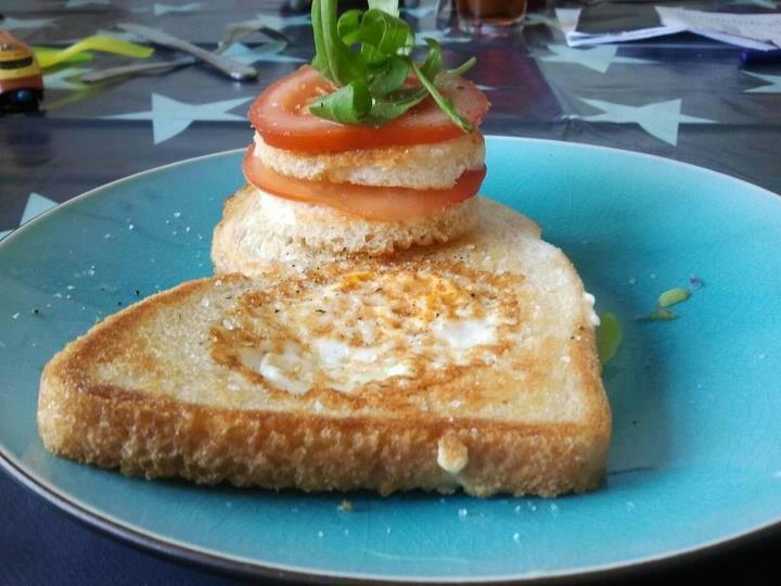 Brood met ei gebakken. Haal een cirkel uit het brood.bak een zijde van het brood .dan omkeren en een spiegel ei in de cirkel.klaar wanneer de ei goed is.mmmmm