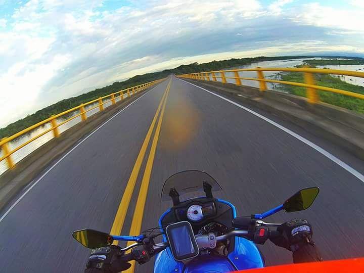 Juli Barrero Bulla nos comparte esta increíble foto con su #DriftGhostS a bordo de su #moto cruzando el Río Magdalena!