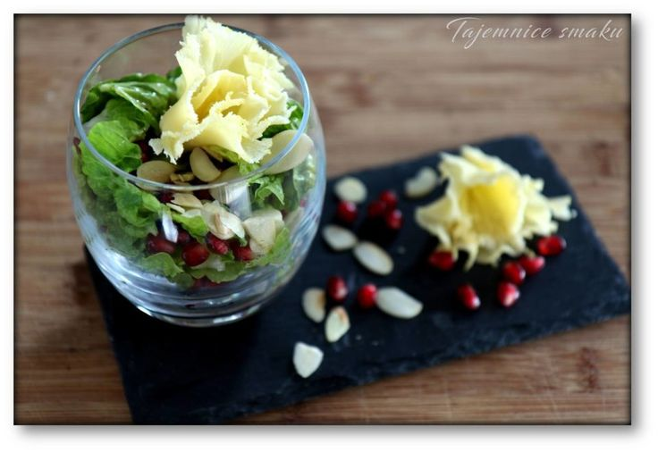 Sałatka z granatem i rozetkami sera Tete de Moin – Tajemnice smaku