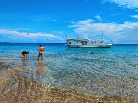 Moyo, Pulau untuk Semua  Tak jauh dari pusat wisata Indonesia, Bali dan Lombok, ada pulau yang tak hanya diperuntukkan bagi pelancong berkantong tebal tapi juga para backpackers. Keindahan alami lansekap Pulau Moyo, bisa dinikmati semua kelas pelancong.