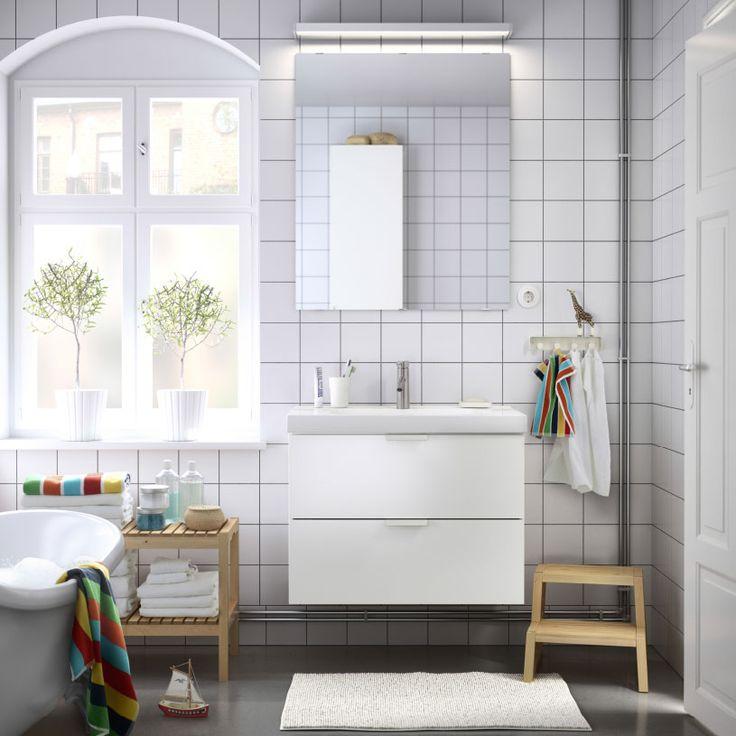 Ba o con lavabo blanco un espejo y unos bancos de abedul - Luces bano ikea ...
