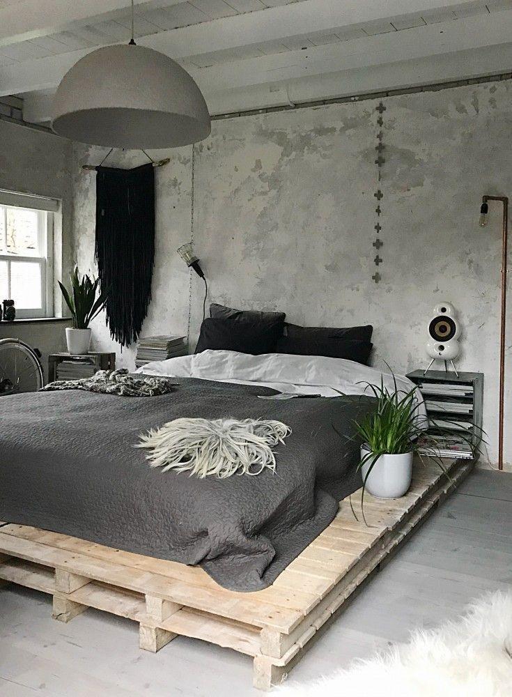 Schlafzimmer im marokkanischen Stil. Wollbommeldecke, großes Kopfteil aus Holz …