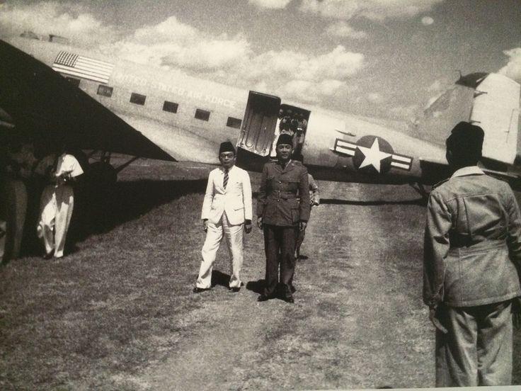 Presiden Soekarno dan Wapres Moh. Hatta tiba kembali di Yogyakarta dari perasingan di Bangka. Di belakang Soekarno adalah AG Pringgodigdo yang membawa bendera Merah Putih. Yogyakarta 6 Juli 1949. (IPPHOS - Antara Foto).