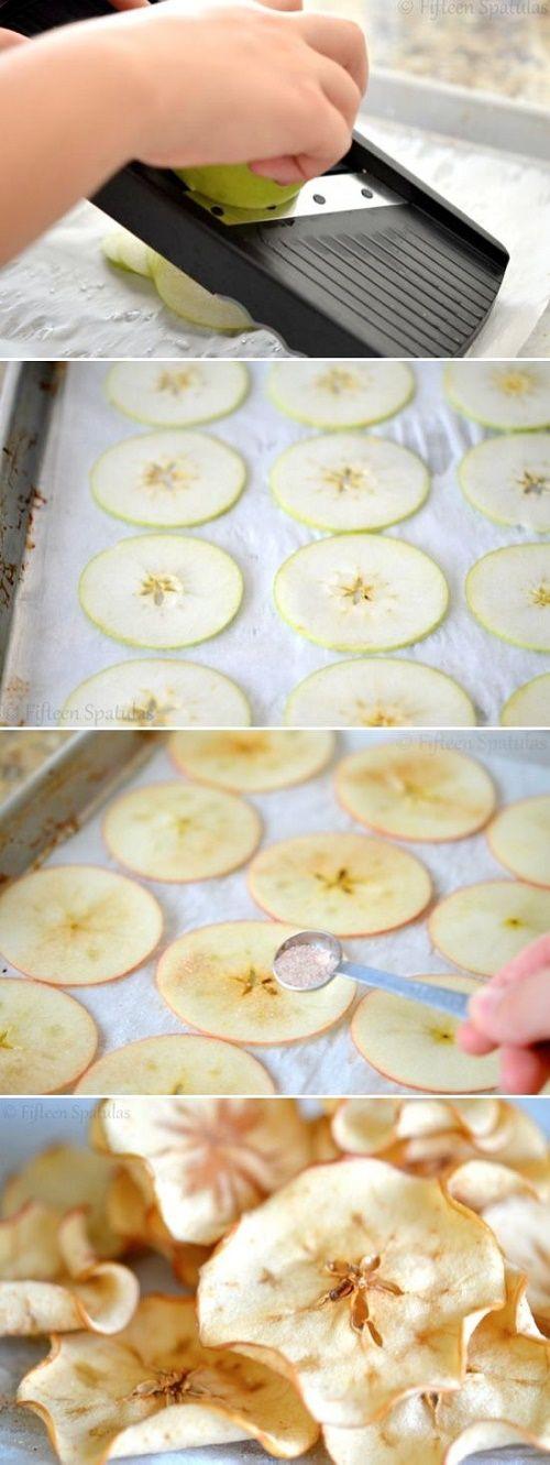 MANZANAS DESHIDRATADAS.  Corta rebanadas muy delgadas de manzana, ponlas encima de papel encerado en un recipiente para horno y espolvoréales azúcar con canela. Introdúcelas a 180° por 30 minutos o hasta que veas que se doblan.