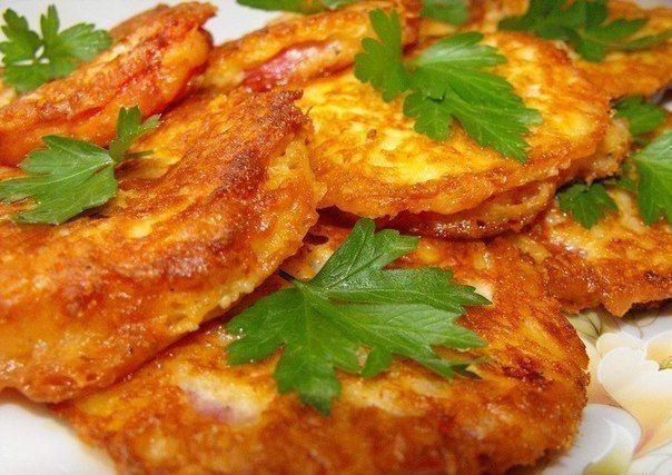 Помидоры в сырном кляре  Ингредиенты: -3 средних помидора -150 гр твердого сыра -2 яйца -2 ст.л. майонеза или сметаны -1-2 ст.л. муки -соль, перец по вкусу -растительное масло для жарки -петрушка для украшения  Приготовление: Помидоры помыть, обдать кипятком, снять кожицу и нарезать кружочками. Сыр натереть на мелкой терке. Сделать кляр: к сыру добавить яйца, майонез, муку. Посолить, поперчить по вкусу и перемешать. Консистенция дожна получиться густой. Помидоры обмакнуть в кляр, выложить…