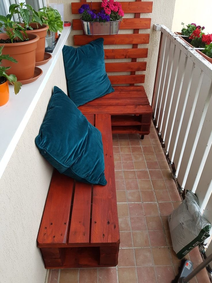 Pallet bench for small balcony